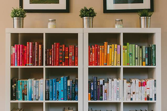 Color Coded Bookshelves The Lovely Little Things